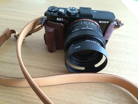 SONY RX1R 女子におすすめのカメラケースとストラップ