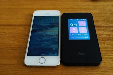 AtermMR03LNレビュー!MR03LNとiPhoneの大きさ比較写真