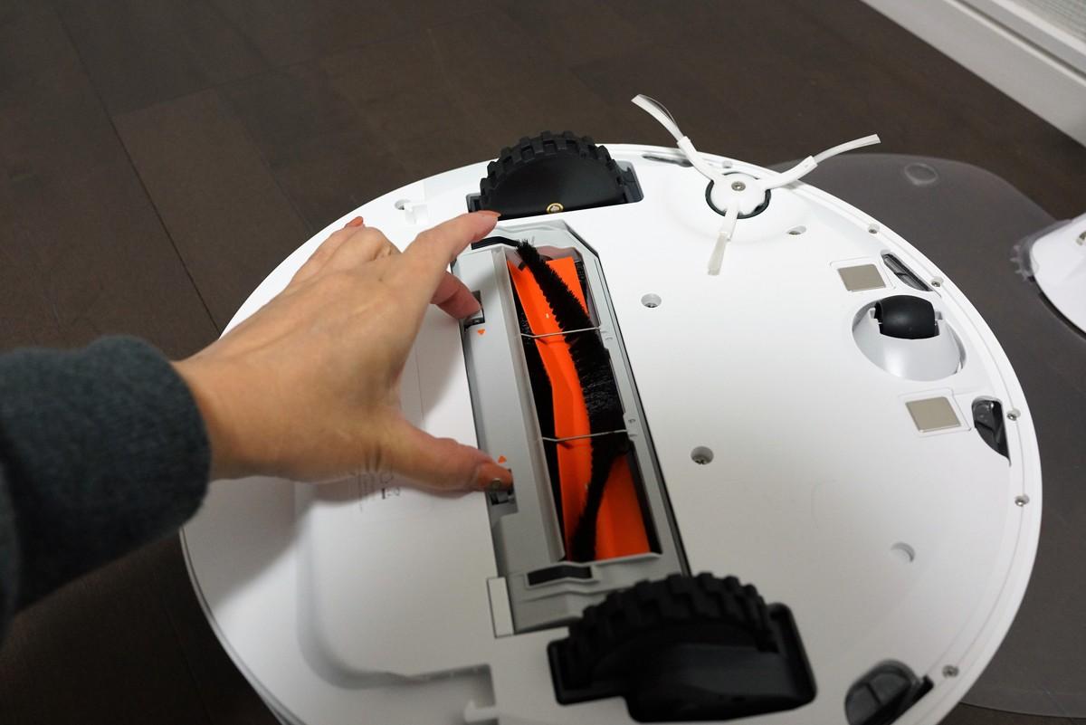 Xiaomiの水拭きが出来る新型お掃除ロボットroborock S50レビュー 背面のブラシの外し方