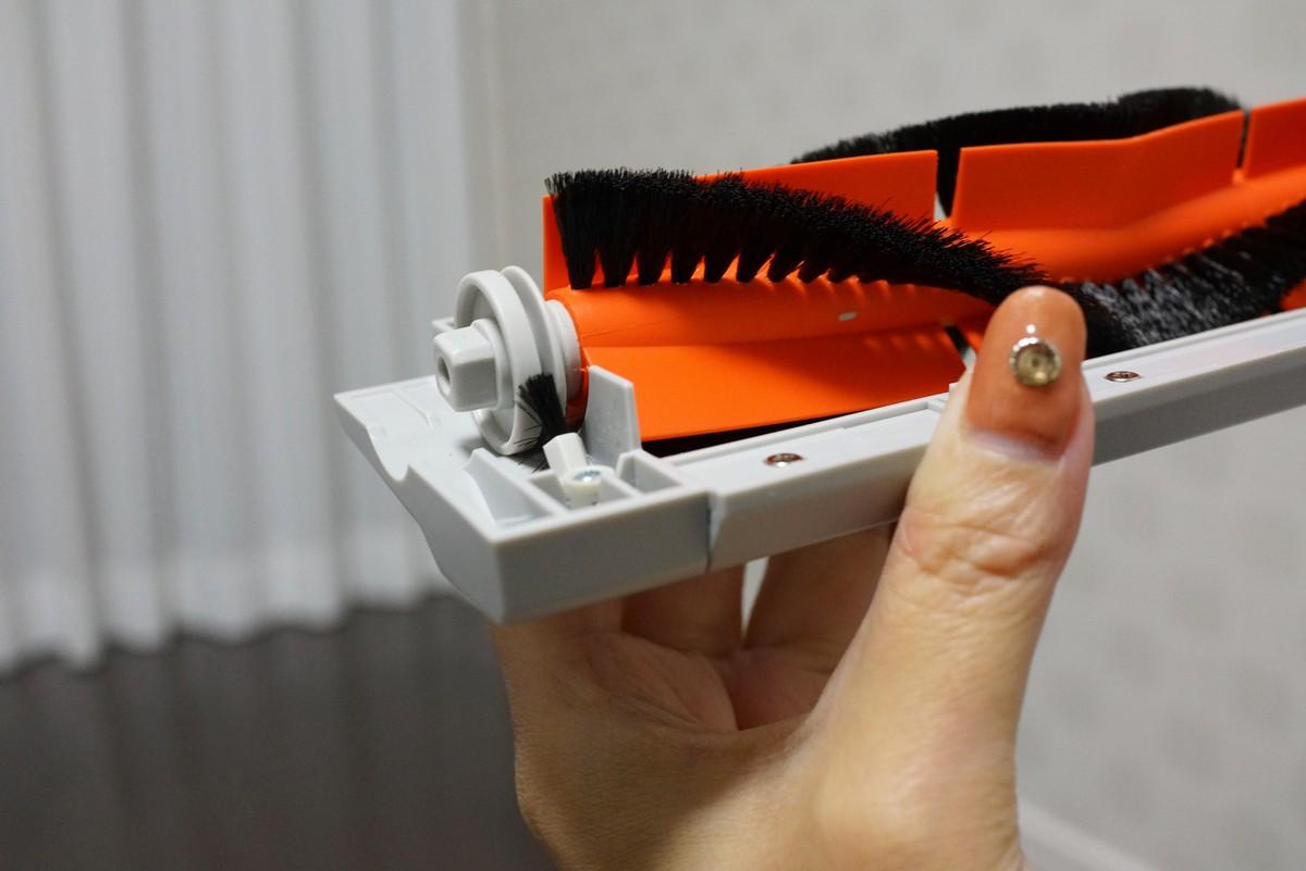 Xiaomiの水拭きが出来る新型お掃除ロボットroborock S50レビュー ローラーの掃除をするXiaomiのお掃除ロボット