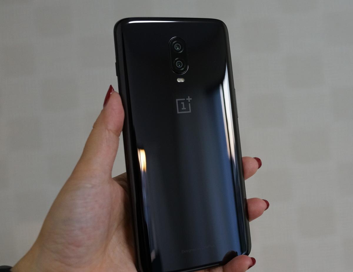 OnePlus 6T レビュー 外観写真 背面はツルツルのボディーで指紋が付きやすい