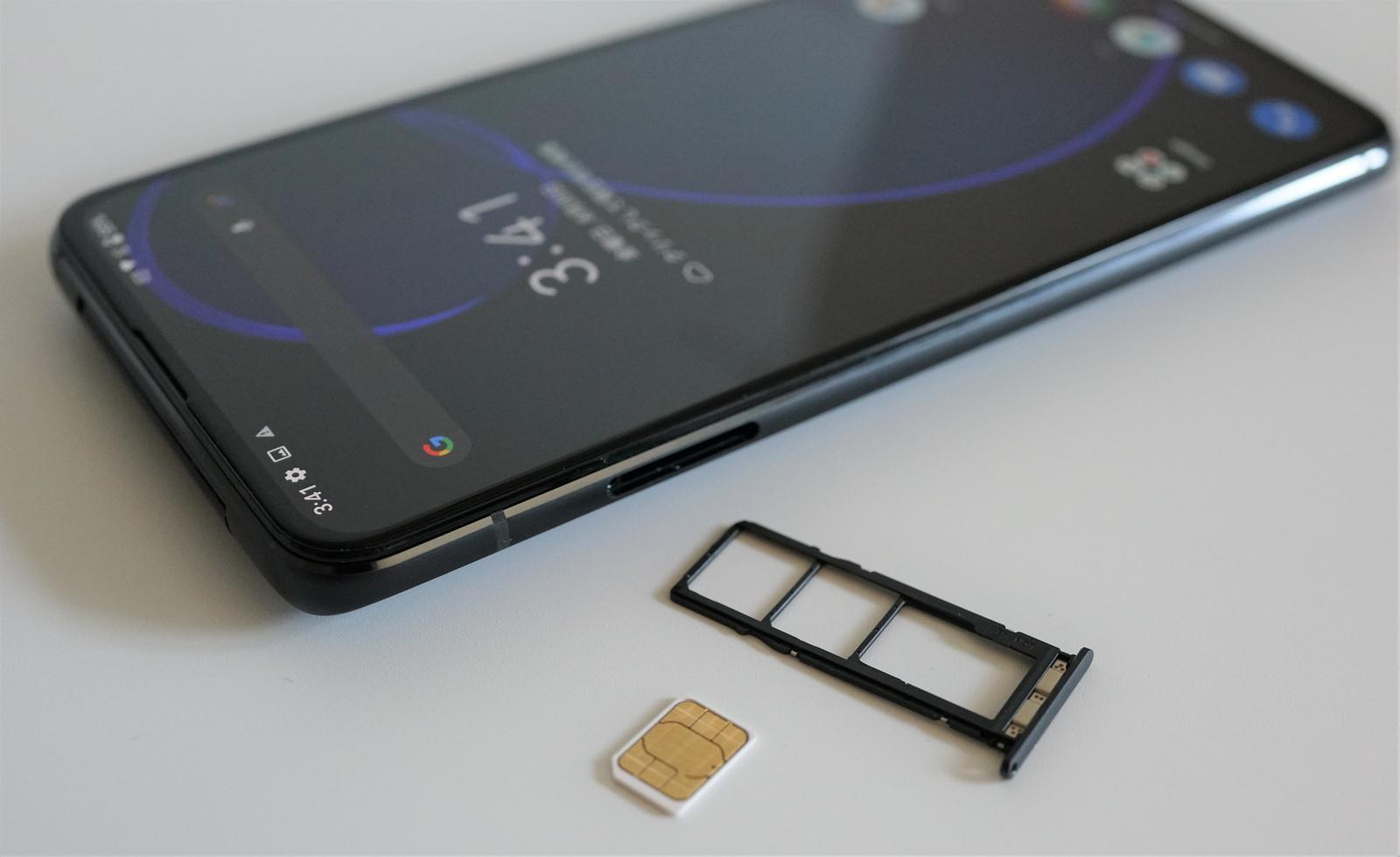 ASUS Zenfone 8 Flip レビュー SIMトレイ
