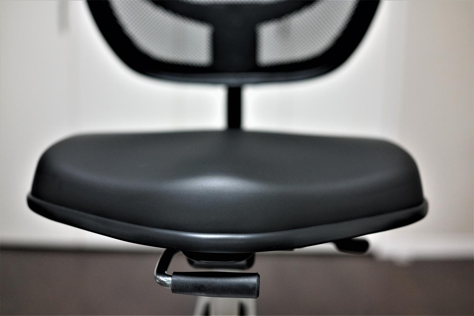 flexispot Sit2Go FC211 レビュー 昇降式の大きな座面は体圧を分散してくれ長時間作業でもお尻が痛くない